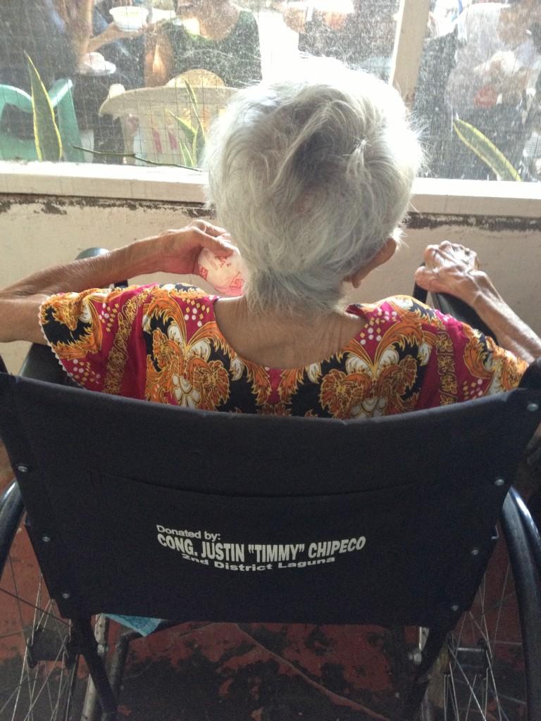 pbo-gives-love-to-the-grannies-of-bahay-ni-maria (1)