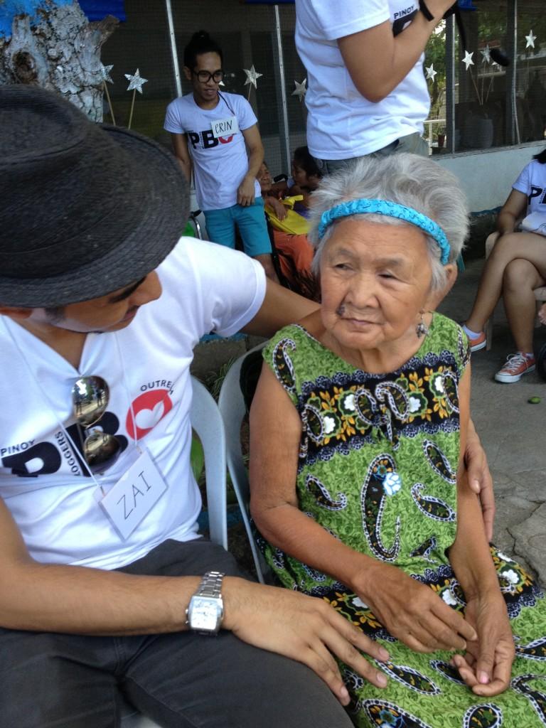 pbo-gives-love-to-the-grannies-of-bahay-ni-maria (7)