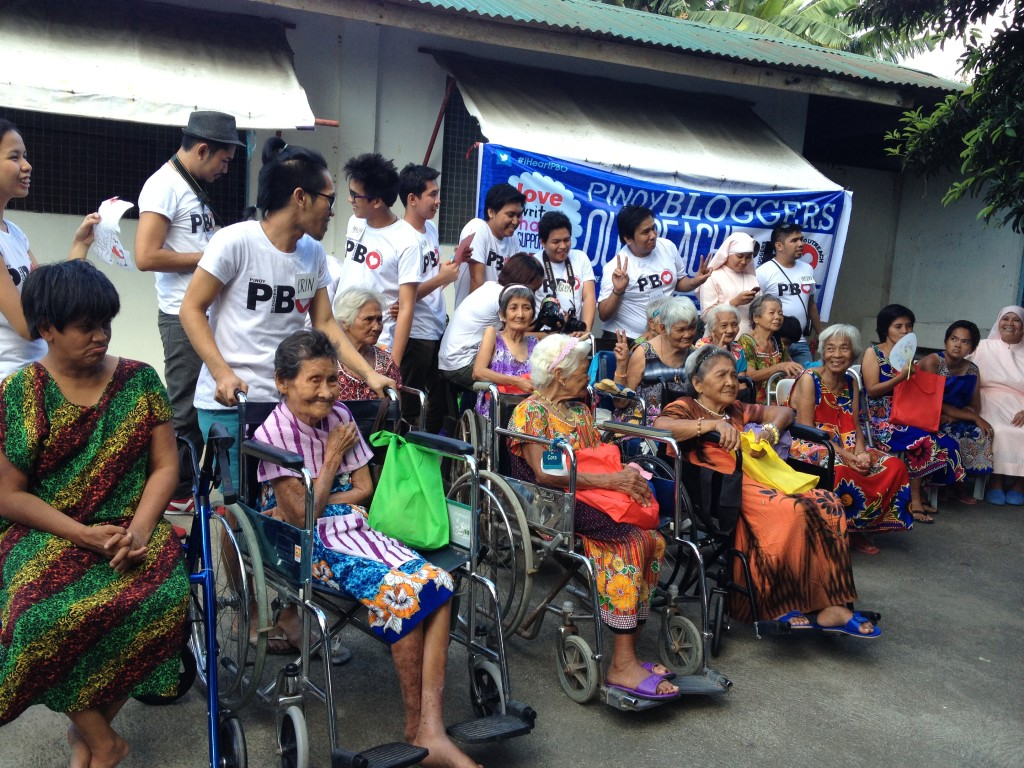 pbo-gives-love-to-the-grannies-of-bahay-ni-maria (8)