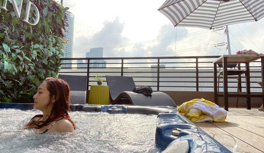 unwnd-lux-hostel-jacuzzi